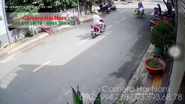 Do nhà diện tích lớn nên chú Thắng lắp 2 camera quay vào nhau để giám sát tuyệt đối con đường trước nhà